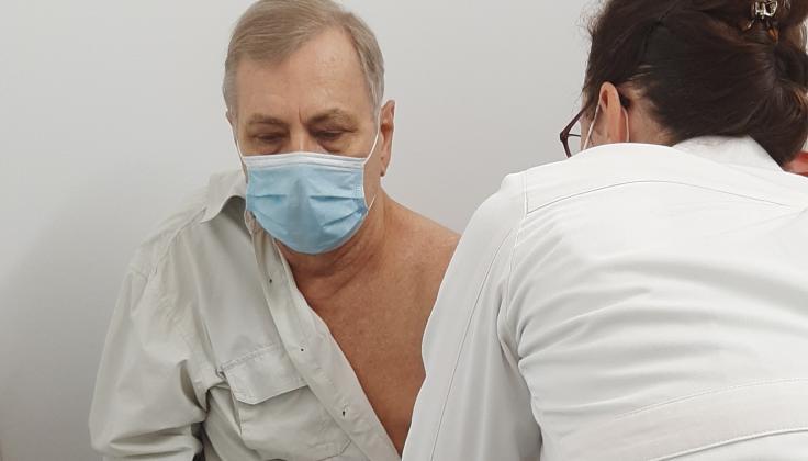 Trečiąja SARS-CoV-2 vakcinos doze vakcinuoti pirmieji pažeidžiamų grupių pacientai